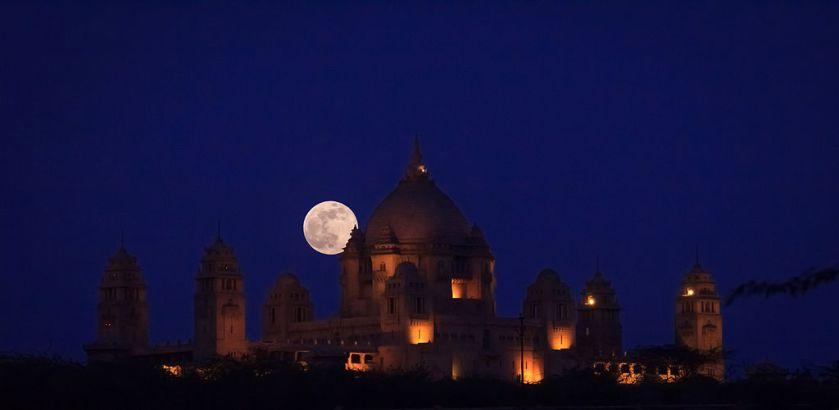 1024px-Photograph_of_the_Supermoon_at_Umaid_Bhavan_Palace,_Jodhpur