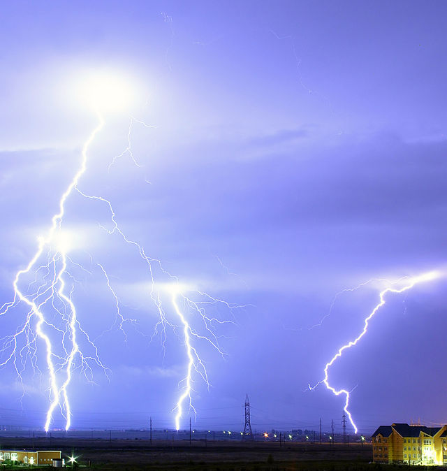 640px-Lightning_over_Oradea_Romania_cropped