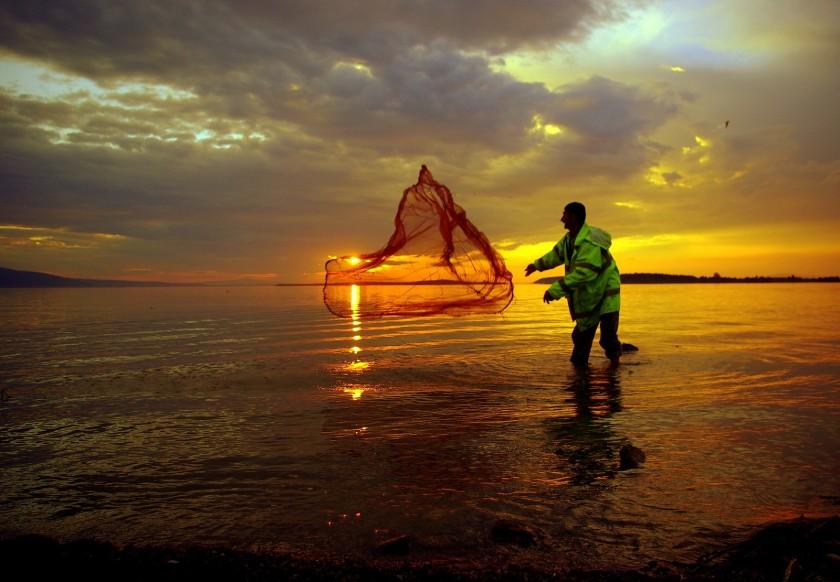 fishermen-fishing-sunset-1735891-1600x1110